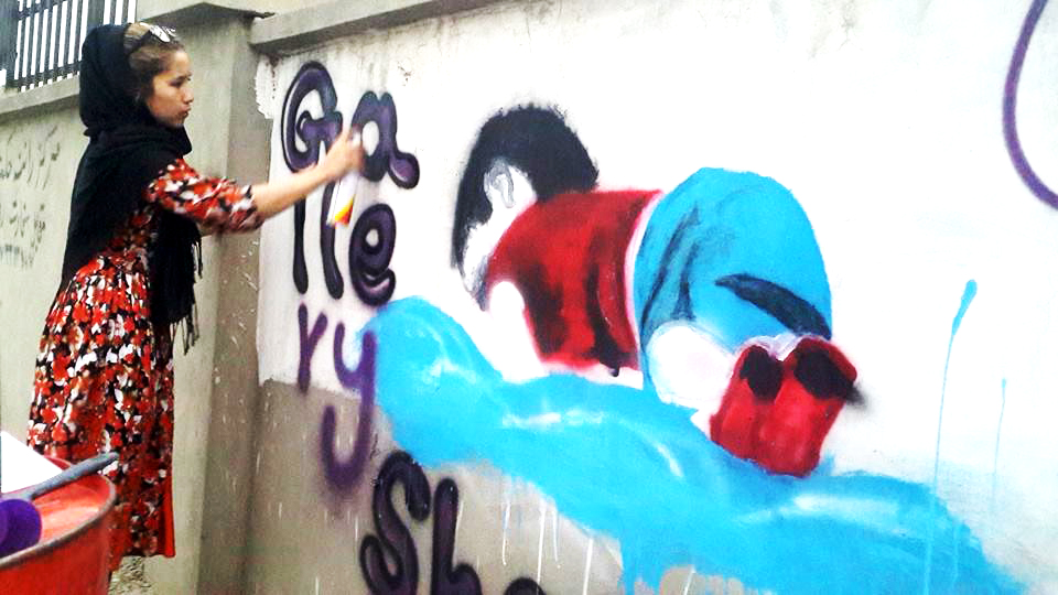 Faiqa while drawing the street art