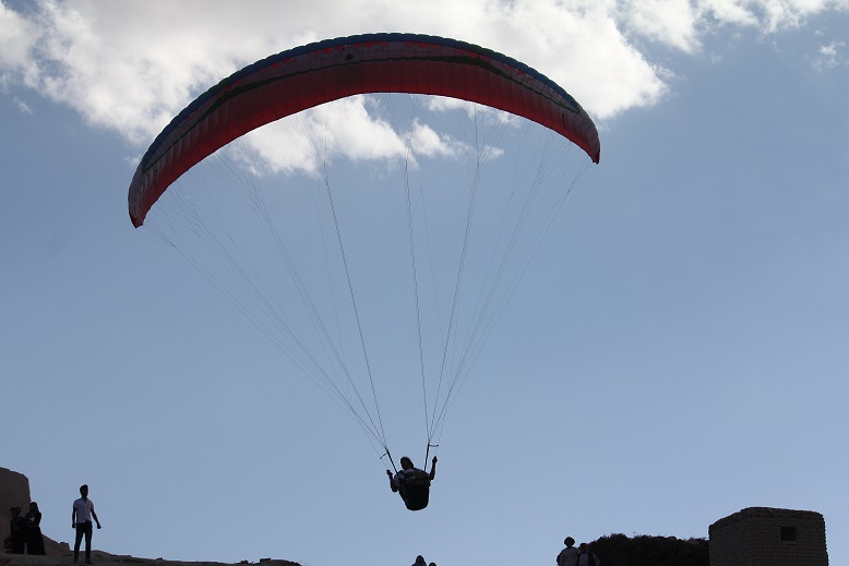 A man flying in a hang glider